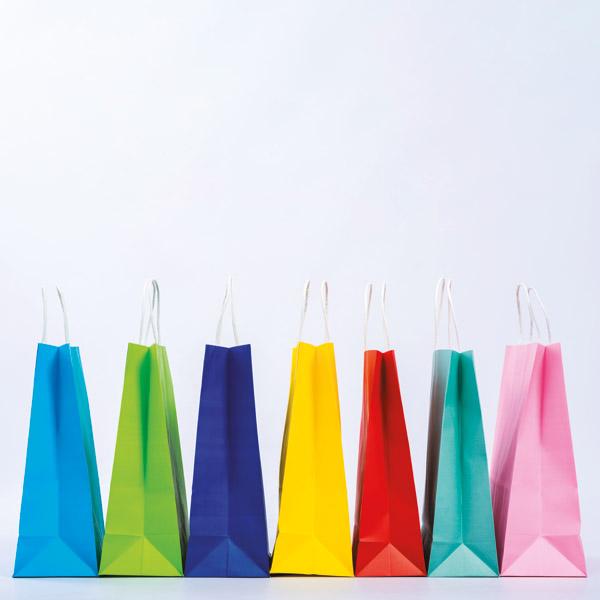 Rangée de sacs kraft colorés, poignées torsadées blanches