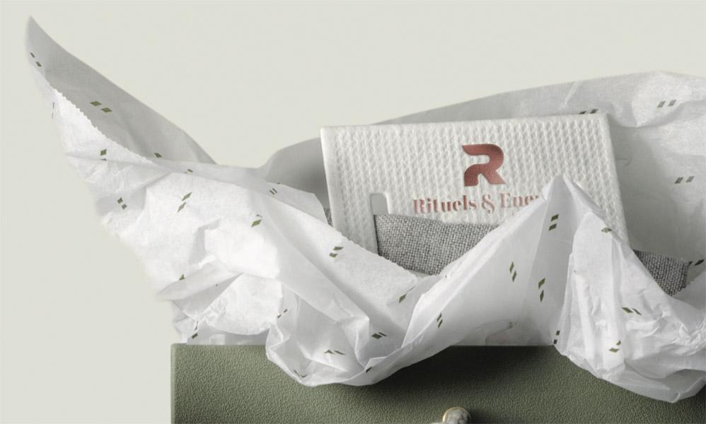 Papier blanc, impression 1 couleur, étiquette avec embossage et marquage à chaud or rose